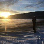 Jonna Jinton i skoteroverall fotar soluppgången i Åre