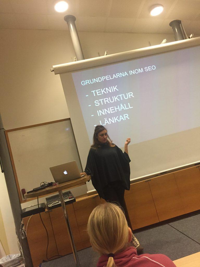 Maryem Nasri håller föreläsning om SEO för bloggare, bild med fyra pelare inom SEO: teknik, struktur, innehåll och länkar